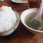 勢龍 - ランチのごはん(大盛)とスープ。※大盛は無料