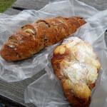 Bakery&Cafe かぜのテラス - 料理写真:くるみとマロンのカリカリフランス(240円)とクロワッサンオザモンド(200円)