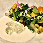 ORTO - 菜園~野菜だけで仕上げた料理、野菜の種類がめっちゃ多いんです。それに、長野県小布施のブランディという青リンゴの酸味あるソース、ローズマリーのベリーを添えて。