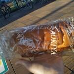 青木屋 - バスの待ち時間があったので(^_^;) 中身出して写メってみた ★メンチカツパン