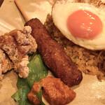 アジアンオールドバザール ウブドレストラン - ナシゴレンの上に目玉焼き。 つくねと唐揚げも付きます。