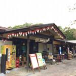 アジアンオールドバザール ウブドレストラン - 手前がレストラン。奥がショップ。