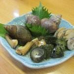 料理 四季彩 - 貝の盛り合わせ。しったかやバイ貝に良い感じで出汁味がしみています。