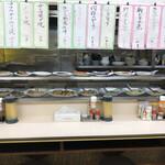 定食のヤシロ - 並んだ大皿がメニューです