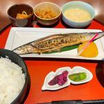 八海山越後屋 - 焼き秋刀魚定食 ¥780 赤出汁なのはご愛嬌。そうは言っても名古屋だからね