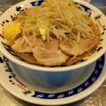 らーめん 大 - ラーメン(麺量200g位)、トッピングは味玉とチャーシュー、ニンニクをコール。 量は少なめで食べやすい量