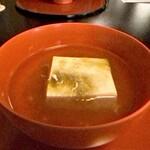 138981960 - 【翁とうふ】 お出汁にとろろ昆布を入れた、温かい豆腐 この日のお出汁は利尻昆布です