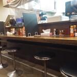 伝説のすた丼屋 - カウンター席にはブラックパーテーション