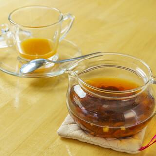 marica - 料理写真:マリカティー(Hot) ¥600  アプリコットの香りいっぱいのドライフ ルーツ入りのハワイアンなホットフルー ツティーです。