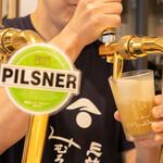 浅野日本酒店 - クラフトビール 注いでいるところ