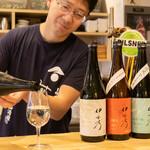 浅野日本酒店 - 日本酒(グラスに注いているところ)