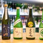 浅野日本酒店 - 日本酒ボトル並べて