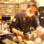139007709 - どんな状況でも臨機応変に考え、笑顔で応対するスタッフたちは生き生き!