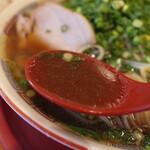 旭屋 - やや塩辛い豚骨ベースの醤油味のスープが美味いっ!!