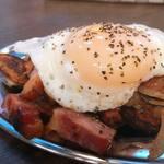 肉処 祭り - インカの目覚めとベーコンのジャーマンポテト目玉焼きのせ*439円(税込)