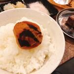 フィレ肉専門店 にくぞう - 焼いた梅干しをご飯と一緒に♪