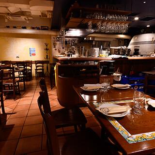 調理風景も楽しめる開放感ある空間。食後にはジェラートも♪