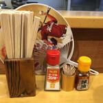 広島らーめん 平の家 - 卓上調味料は、コショーとラー油がありました。