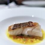 ラ・ロカンダ - 鯛のグリル。あさりと小エビ、サフランと魚介の出汁で。