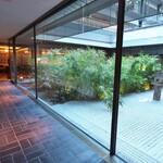 ラ・ロカンダ - レストラン内の夷川邸に続く廊下は中庭を眺めながら。