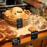 139038755 - あれやこれやと欲しくなるパンのラインナップ