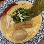 赤坂麺処 友 - 半熟煮玉子濃厚鶏塩らーめん 940円