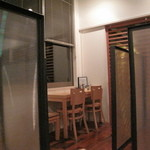 Osteria EST ! - 仕切りと窓側の席