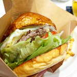 139048003 - ビーフパティは「粗挽き」感が強い。肉汁多めで紙袋必須、ワイルドな印象
