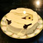 カフェトスカ - 栗とかぼちゃのモンブラン@MVP。生クリームの包帯の下にはかぼちゃ、マロン、チョコのケーキ