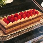 カフェトスカ - ショートケーキショコラ@大粒苺、ビターチョコクリームとカステラのような力強いジェノワーズ