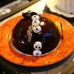 カフェトスカ - バロンダナナス@パイナップルコンポート入りのチョコレートムースのドームケーキ。ドクロはメレンゲでした