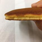 梅花亭 - 銅鑼焼 横から見るとこの扁平さ