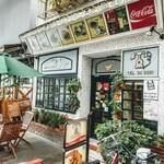 フジ - アーケード商店街の強み!コロナ禍もあって店外テラス席の店が多くなりました。