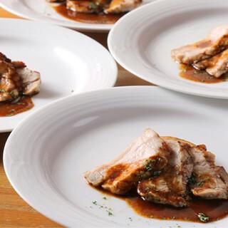 看板メニューの米沢豚のグリル!人気料理が味わえるコースも◎