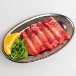 焼肉 遼 - 実は当店一番人気メニュー「塩 厚切りタン」柔らかい部分だけを厳選。肉厚の食べ応えが自慢です。