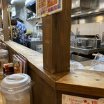 沖縄食堂チャンプル×チャンプル - 席からみた厨房。