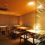 銀座並木通りワインバル nana - 【心和む空間】壁のやわらかな光が落ち着きます(2名様〜)