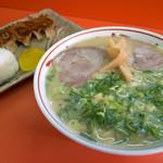てっちゃんラーメン - 「ラーメンセット」(800円)。ラーメン、おにぎり、餃子(5ヶ)がセットです。