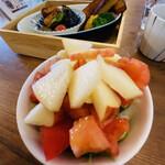 八百屋食堂 まるも - トマト と 林檎 それからナッツ も ラストです