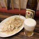 珉珉 - この「もやし炒め」のクオリティよ! 味付けといい、もやしのパリパリ感といい私にとって、 完の壁なのだ!!興奮してビールも溢れるのだ!!