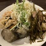ちゅら屋 - 食べ放題の総菜とサラダの盛り合わせ