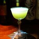 バー・バーンズ - ドリンク写真:愛知県豊橋産のレモネーディアのカクテル  ライトアップ