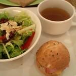 NORTH LOUNGE 北欧館 - ガレットにはサラダの他にミニサンドイッチとコンソメスープも付いてます。