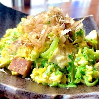 沖縄ならではの一品料理やコースもご用意しております。