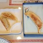 東華楼 - 普通の餃子とバナナ餃子