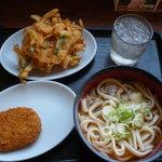 大衆食堂 半田屋 - かけうどんに天ぷらとコロッケのトッピング。他にもとろろや玉子などもトッピングできますよ。