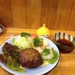 和食かたおか - 裏メニューのハンバーグ、箸で刺したら肉汁が吹き出しました