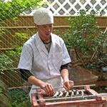 柚木元 - 子持ち天龍鮎をタレ焼きをしております