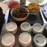 一休軒 - 辛子高菜や沢庵がある無料の惣菜コーナー