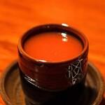バー・バーンズ - 自家製クラマト ジュース(ハマグリエキスとトマトジュースに香辛料を加えたトマトジュース) と昆布とあごだしのウォッカのカクテル